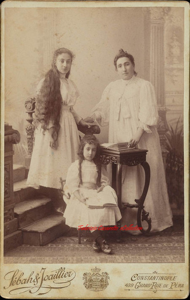 Anna Hekimyan et ses 2 filles. 1890s