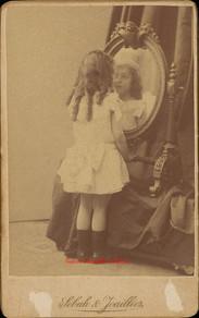 Fille se regardant dans le miroir. 1880s