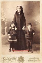 Une femme et ses deux enfants. 1880s