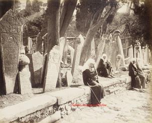 Cimetiere turc a Eyoub (Scutari) et groupe de femmes turques. 1890s