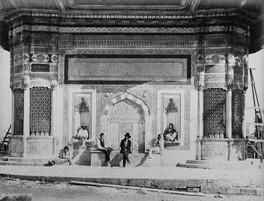 Fontaine Ahmed III. Est-ce Pascal Sebah au milieu? 1870s