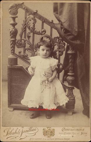 Fille devant escalier. 1890