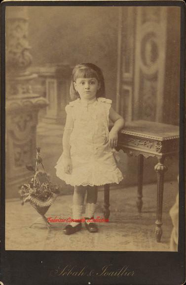 Petite fille debout. 1890s