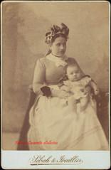 Infirmiere tenant un bebe. 1890s