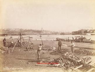 Vendeurs de bois et vue du port 324. 1880s