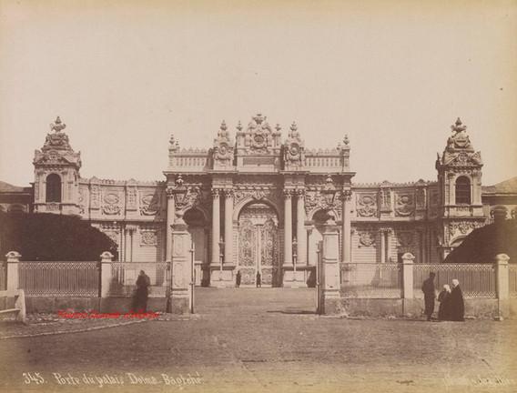 Porte du palais Dolma-Bagtche, 345. 1890s