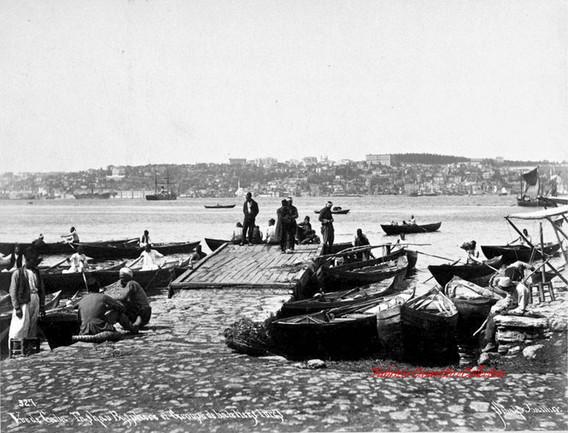 Vue de Gabatach au Bosphore et groupe de bateliers turcs 327. 1890s