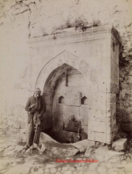 Ancienne fontaine à Roumeli-Hissar, 560. 1890s