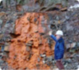 Yves Lulzac, sur le site de la découverte de la Lulzacite, dans des sédiments, 1997 à St Aubin des Château, Loire-Atlantique, France.