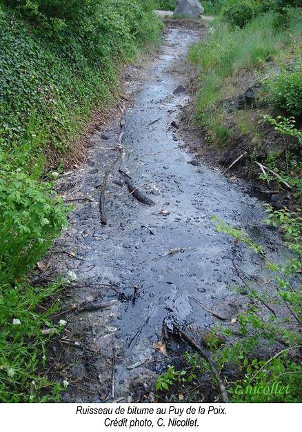 Ruisseau de bitume au Puy de la Poix.
