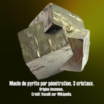 Pyrite macle trois cristaux.