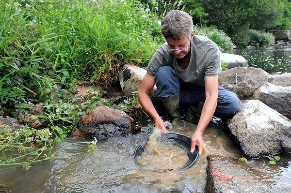 Jacques Le Quéré est chercheur d'or professionnel en Bretagne. (Photo : Thomas Bregardis/Ouest-France)