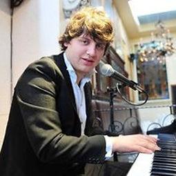 salwan cartwright-shamoon playing the piano at Belfast restaurant