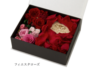 薔薇の花束に囲まれた可憐な贈り物【数量限定】