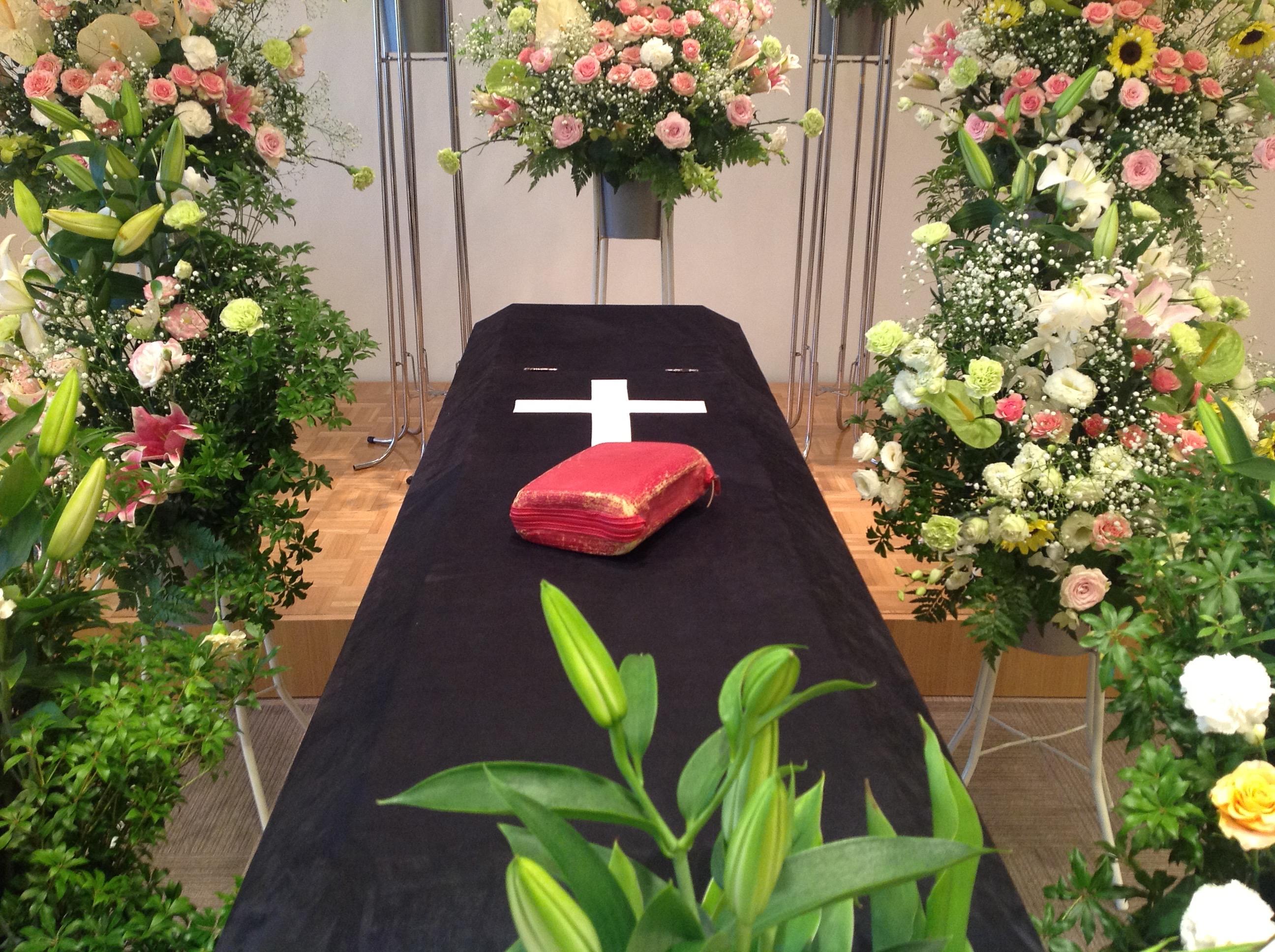 棺の上に故人の聖書