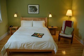 Queen bed room at Neddies Harbour Inn.