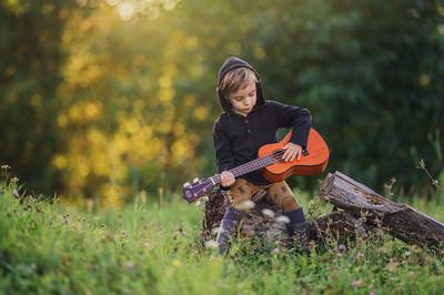Dječak svira ukulele
