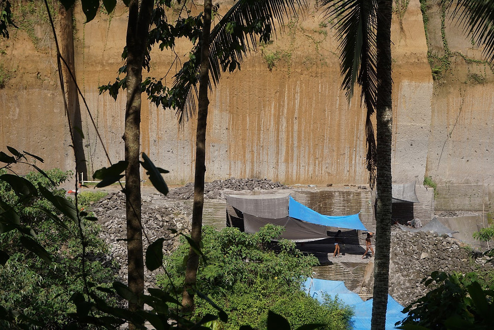 Tempat penambangan pasir dari seberang sungai Petanu. Lahan yang dulu rimbun dan hijau sekarang dibiarkan menganga. (Anton Muhajir/BeritaBenar)