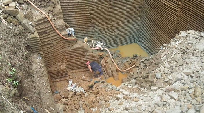 Para pekerja saat melakukan penambangan batu padas di Banjar Buungan, Desa Tiga, Kecamatan Susut. (BP/nan)