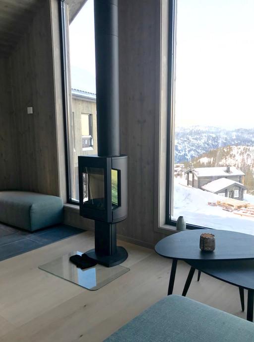 Store vinduer med flott utsikt. Ilsted fra den Norske kvalitetsleverandøren Jøtul.