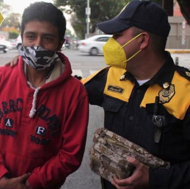 POLICÍA DE CDMX ENCUENTRA Y DEVUELVE MOCHILA CON 30 MIL PESOS, ERAN PARA COMPRAR TANQUE DE OXIGENO.