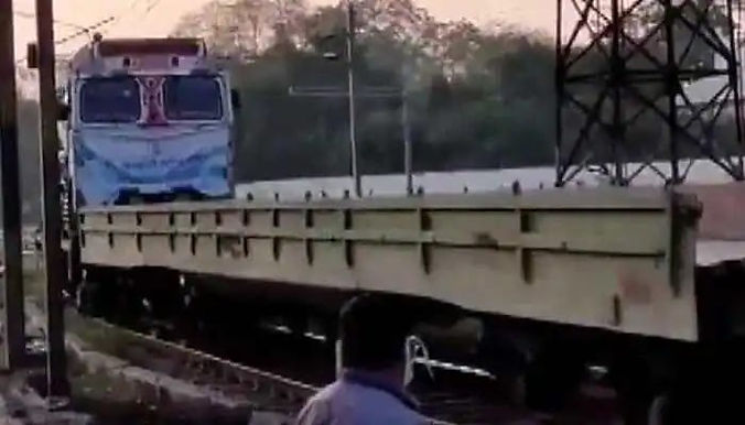 """""""Special train carrying 30,000 litres of liquid medical oxygen arrives in Lucknow from Bokaro"""""""