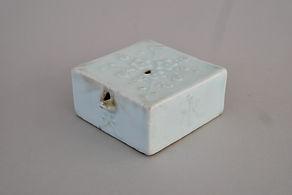 R24 李朝白磁陽刻梅樹文水滴