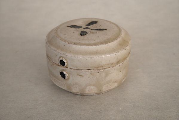 白磁鉄絵花文合子, 中国陶磁器, 唐