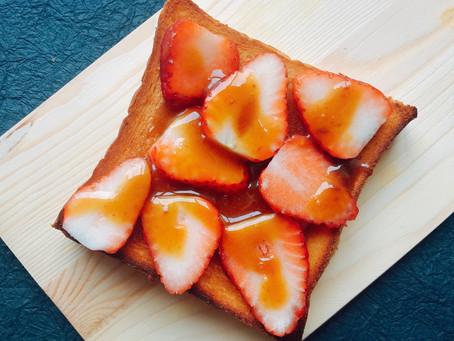 27.白味噌とマヌカハニーソースのいちごトースト