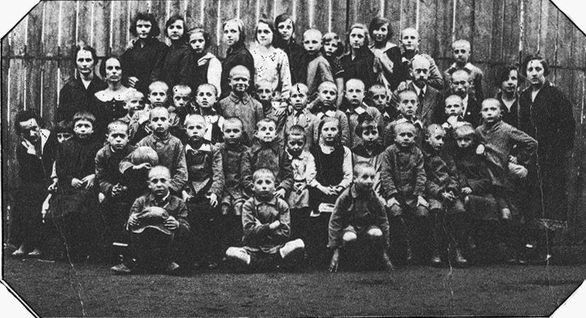 יאנוש קורצ׳אק (רביעי מימין) עם ילדי בית היתומים. סטפה ויצ׳ינסקה עומדת מימין.