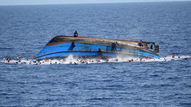 Τουλάχιστον 90 πρόσφυγες νεκροί στη Μεσόγειο από ανατροπή σκάφους με προορισμό την Ιταλία