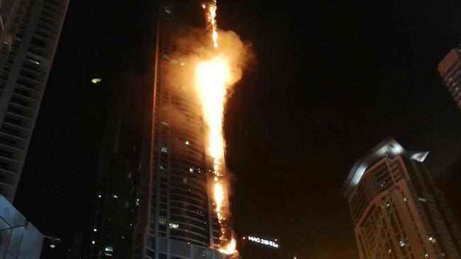 Στις φλόγες κτίριο κατοικιών 79 ορόφων στο Ντουμπάι - Τεράστια προσπάθεια εκκένωσης των 676 διαμερισ