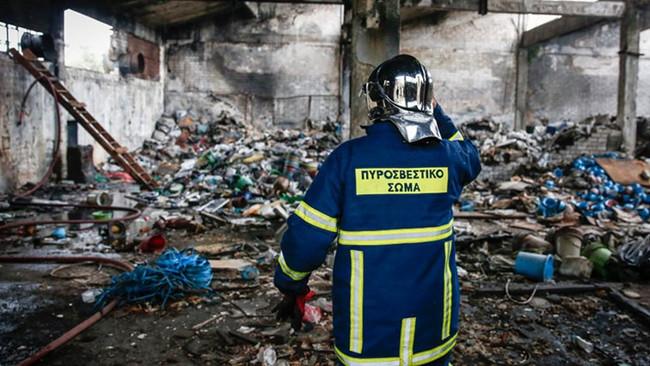 Νεκρός εργάτης από πυρκαγιά σε εργοστάσιο αλουμινίου στη Μάνδρα Αττικής - Δεν βρέθηκε ούτε ασθενοφόρ