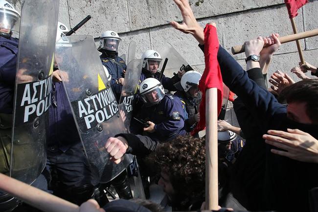 Χημικά και βία από τα ΜΑΤ της κυβέρνησης ΣΥΡΙΖΑ-ΑΝΕΛ εναντίον απεργών διαδηλωτών που επιχείρησαν να