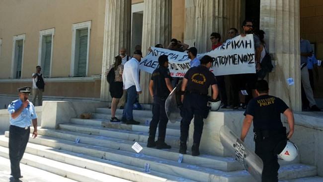 Αιφνιδιαστική παρέμβαση του Ρουβίκωνα στο περιστύλιο της Βουλής για Ηριάννα και Περικλή - Ολόκληρη η
