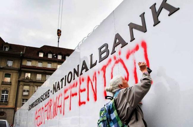 Ελβετία: Συνελήφθη 86χρονη επειδή έγραφε συνθήματα κατά της χρηματοδότησης πολέμων