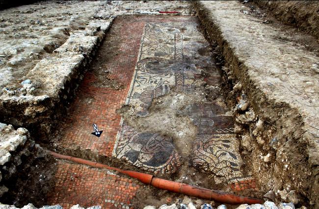 Κορυφαίας αρχαιολογικής αξίας μωσαϊκό του 4ου μ.Χ. αιώνα με ελληνικές θεότητες σε χωριό της Βρετανία