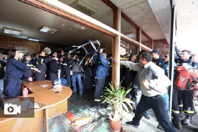 Εξοργισμένοι 4.000 πυροσβέστες 5ετούς θητείας έξω από το Υπ. Διοικητικής Μεταρρύθμισης