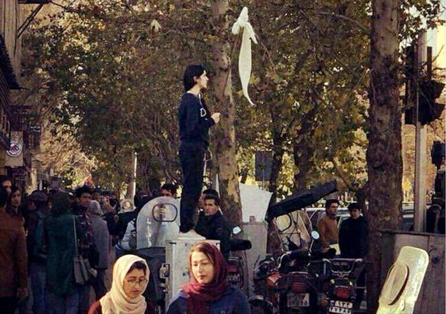 Ιράν: Δεκάδες συλλήψεις γυναικών που τόλμησαν να εμφανιστούν δημόσια χωρίς τη μαντήλα