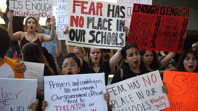 «Τέλος στην οπλοκατοχή» είπαν χιλιάδες μαθητές που κατέκλυσαν το κυβερνείο της Φλόριντα - «Όπλα και