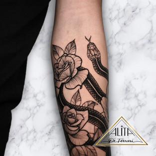 alita_de_ferrari_snake_arm_rose_tattoo_l