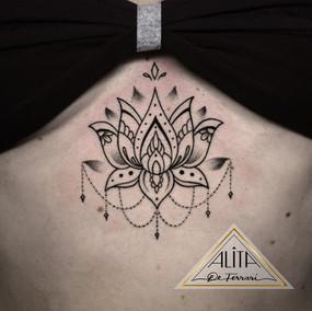 alita_de_Ferrari_lotus_mandala_underboob