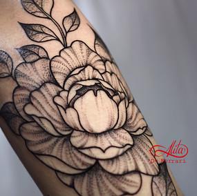 Alita_de_Ferrari_tattoo_artist_line_work