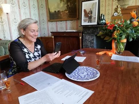 Carla krijgt lintje van minister en feestje van burgemeester