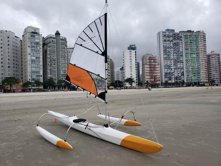 Canoa Havaiana Híbrida, fácil de manusear, podendo também ser utilizada como canoa havaiana comum (1 ou 2 amas).