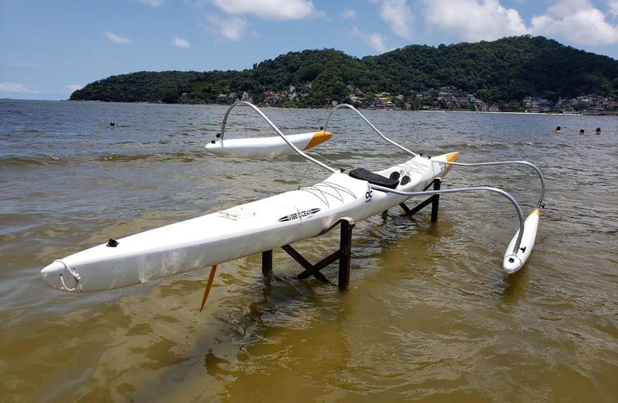 Embarcação com esgotadores de assoalho ( um para cada tripulante) , além de drenos tamponados para amas e casco.
