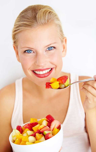 Loira a comer fruta.jpg