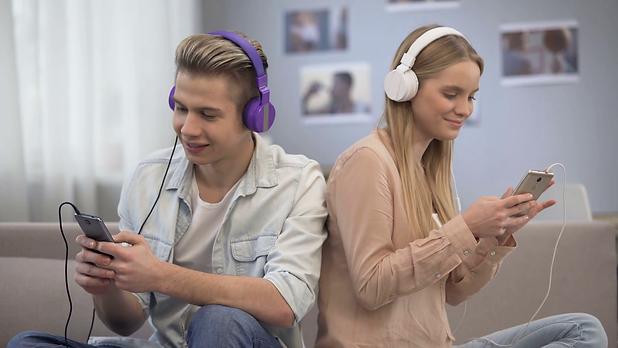 Dois jovens a ouvir musica.png
