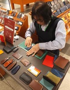 アトリエキュリオスの濱田幸男氏による革小物制作実演も開催致します!