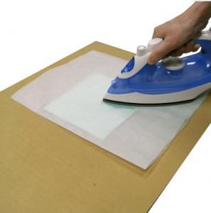 素材用紙とワックスを置き、コーティングシートの上から低温のアイロンを当てます。